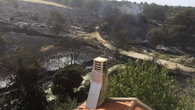 Bomberos y vecinos evitan que el fuego llegue a las casas de Escurial de la Sierra