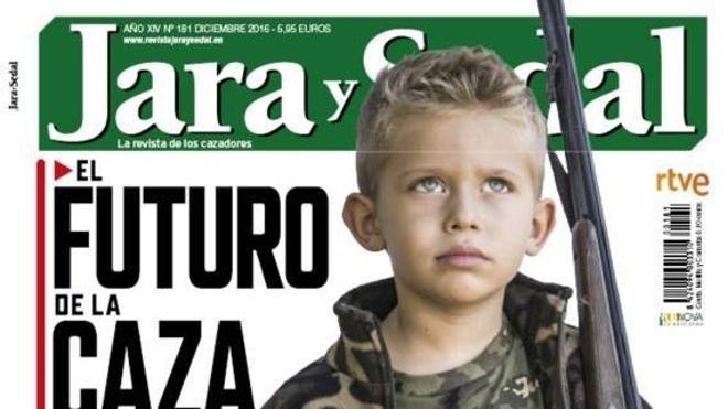 Polémica por una portada de 'Jara y Sedal' en la que posa un niño con una escopeta