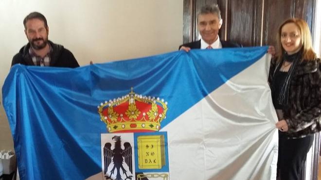 La nueva bandera de Aguilafuente ya ondea en el balcón del Ayuntamiento