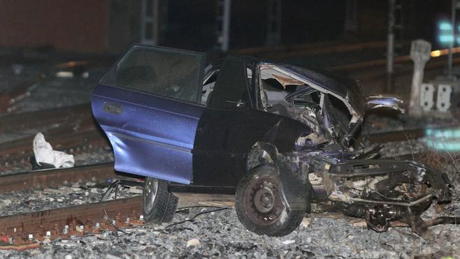 La investigación trabaja con la hipótesis de que el coche arrollado por el tren en Palencia pudo sortear la semibarrera