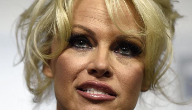 Pamela Anderson define a Julian Assange como un «hombre muy sexy»