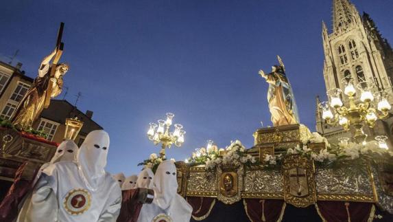 Miles de burgaleses asisten al encuentro anual del Cristo y su madre