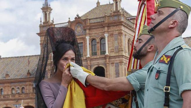 La vallisoletana Inés Sastre jura bandera junto a Francisco Rivera y su mujer