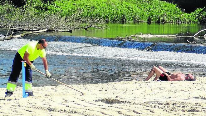 La playa de Las Moreras se pone a punto para la temporada de verano